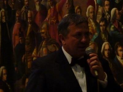 Śpiewa aktor Wojciech Habela     z Krakowa