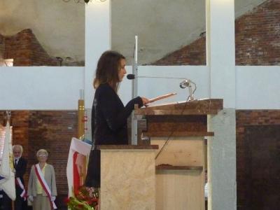Uczennica recytuje wiersz K.J. Węgrzyna o Ponarach