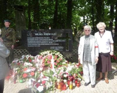 Maria Wieloch i Pola Wojtowicz przy Pomniku