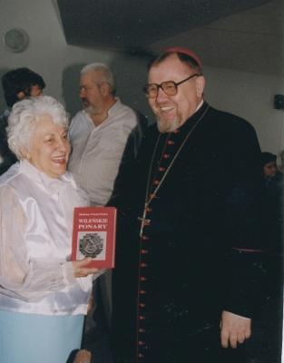 Helena Pasierbska wręcza swoją książkę Biskupowi Antoniemu Dydyczowi