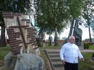 Ks. Prałat przy Pomniku Ofiar Stalinowskich w Dolinie Pamięci