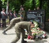 Żołnirze układają kwiaty pod Pomnikiem