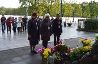 Skladanie kwiatów pod Obeliskiem przy dawnej siedzibie Gestapo